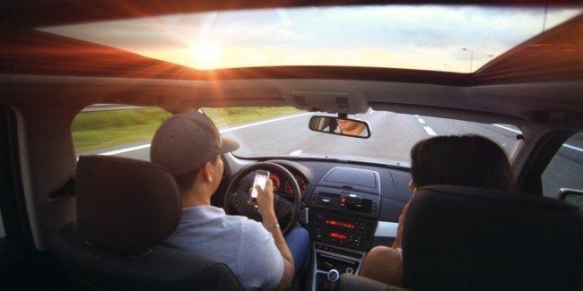 Французам запретили пользоваться мобильником в машине. Даже во время остановки