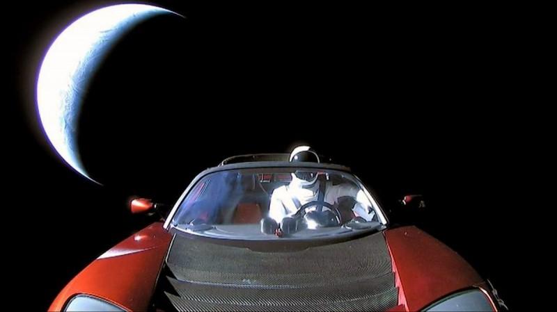 Последнее фото из космоса, отправленное Tesla Roadster, и кое-что еще