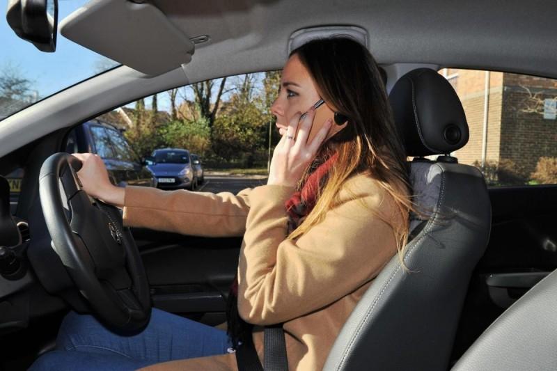 Французским водителям запретили пользоваться мобильниками даже при остановке
