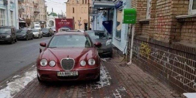 В Украине запечатлели самую глупую установку зарядки для электромобилей
