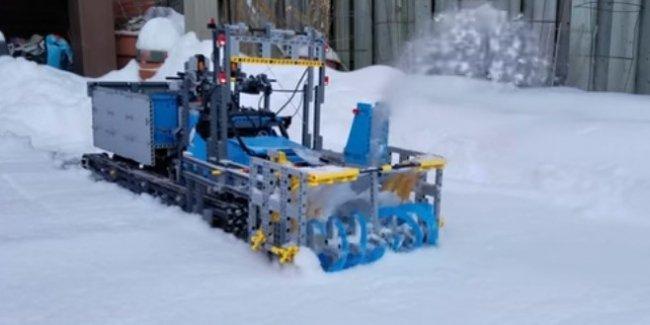 Из Lego собрали рабочую снегоуборочную машину