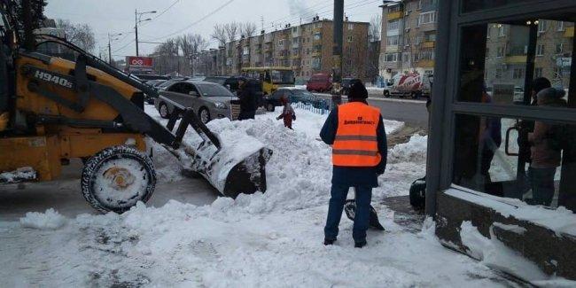 В Днепре применили уникальную технологию защиты асфальта от льда