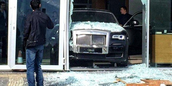Новый Rolls-Royce разбили прямо в автосалоне