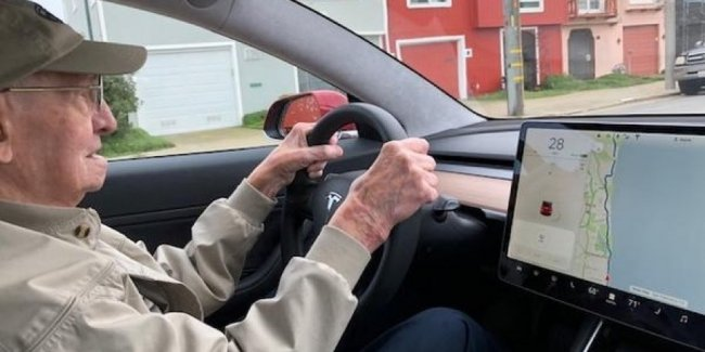 В США нашли самого пожилого владельца Tesla Model 3. Ему 96 лет