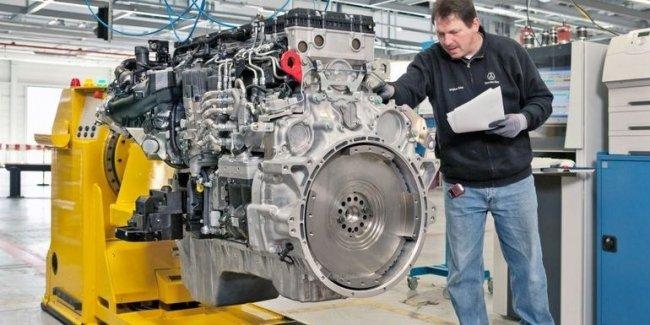 На заводе Mercedes-Benz изготовили знаковый двигатель
