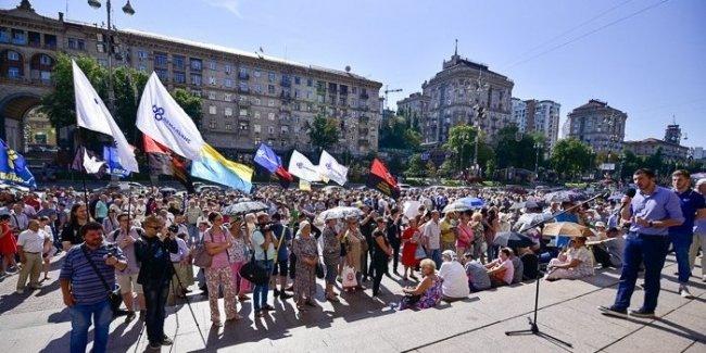 Под КГГА проходят акции за и против подорожания проезда в метро