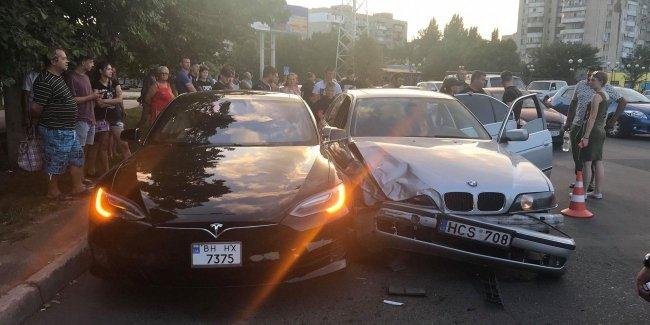 Подросток на папином BMW на еврономерах протаранил Tesla