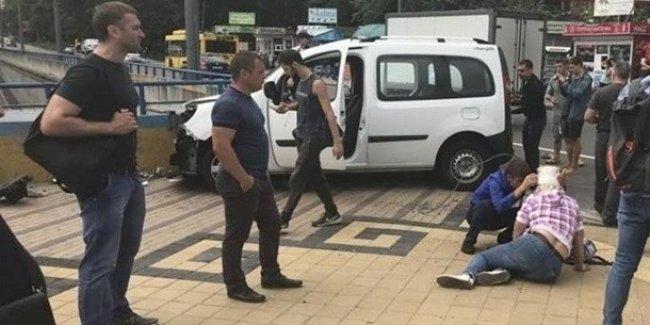 В Киеве авто влетело в людей на тротуаре: появились первые фото с места смертельного ДТП