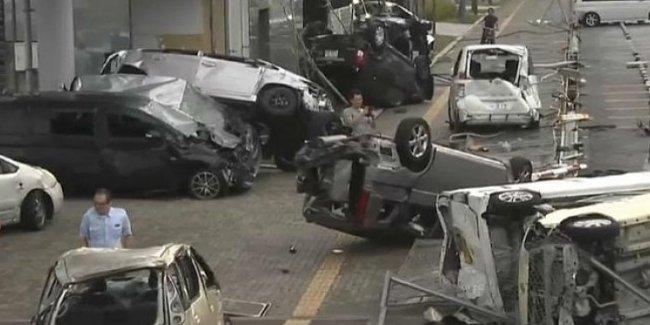 Сила стихии: тайфун переворачивает грузовики в Японии