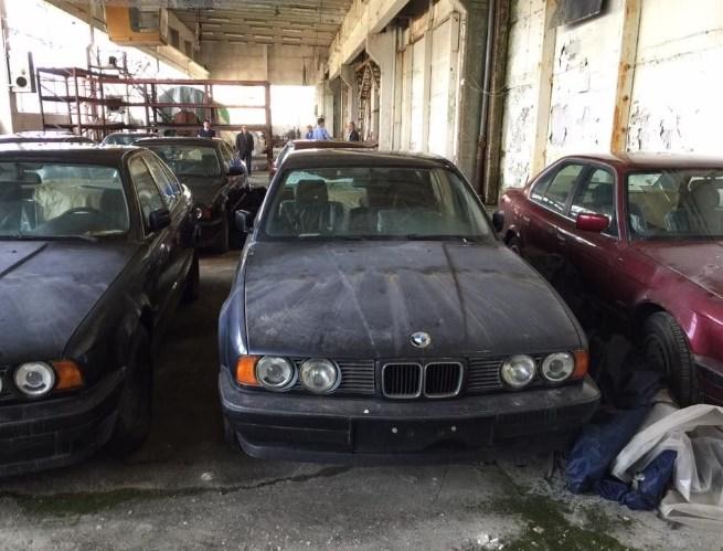 На заброшенном складе обнаружили больше десятка новых BMW E34