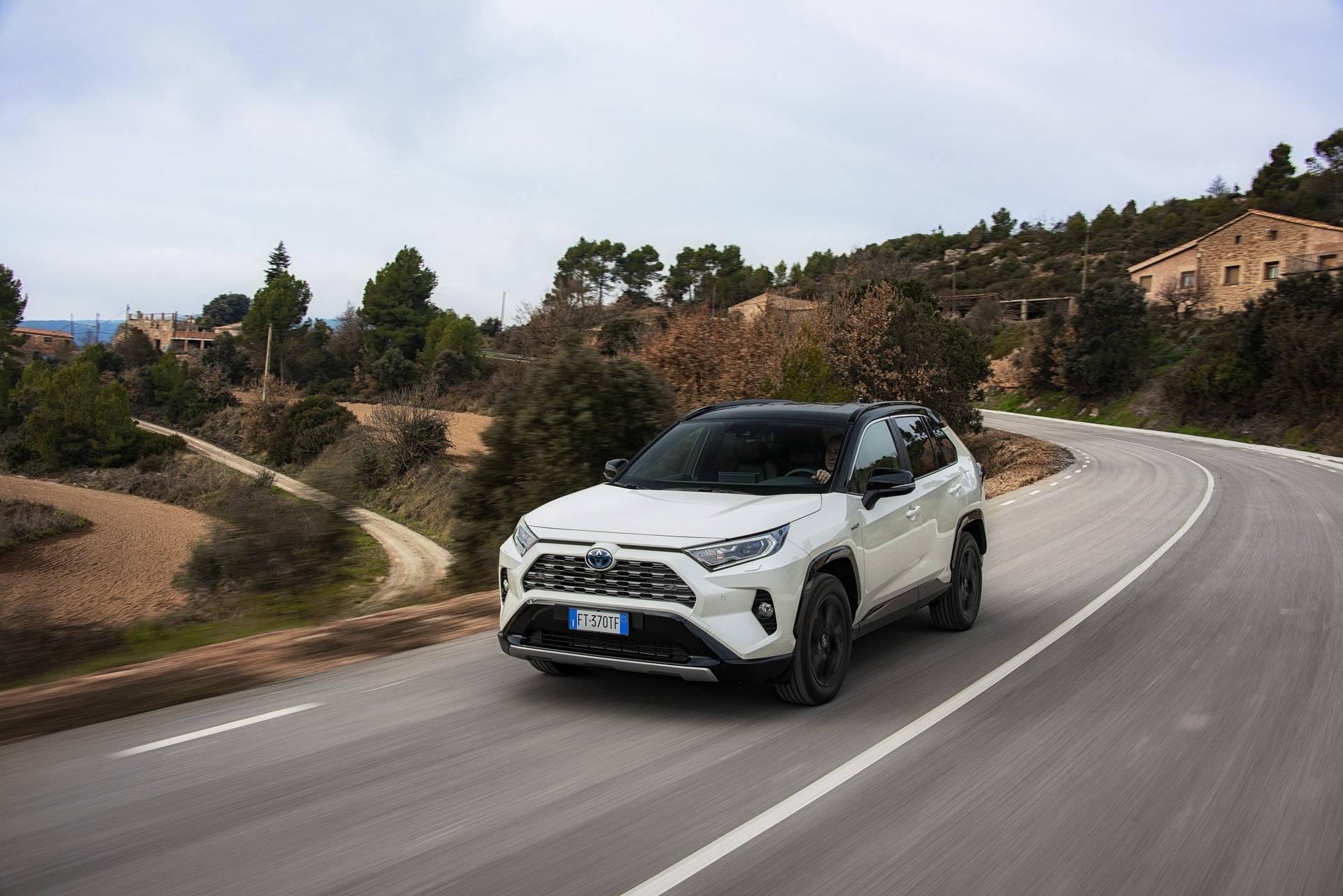 Новый Toyota RAV4 Hybrid – почти идеальный?
