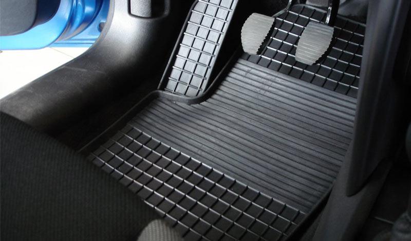 Из каких материалов выбрать коврики в салон авто?
